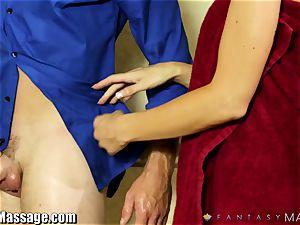 hot milf Jasmine Jae gives the massagist a hj