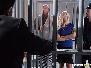 Nina Elle pulverizes a stellar con in front of her cheating husband