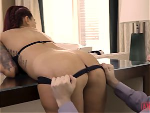 Tana Leas rosy pucker takes James deens sausage for a rail