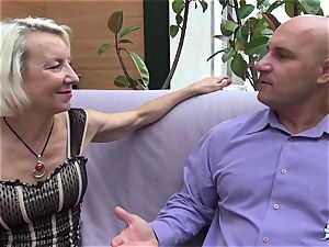 La Cochonne - French mature gets her bum hole gaped