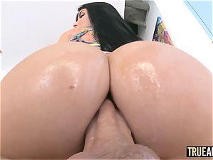 TRUE anal Working out Romi Rain's bubble backside